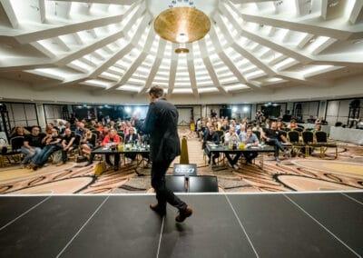Sebastian Decker Speaker vor Publikum
